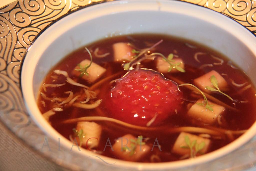 Sopa agria de rabo de toro, anguila ahumada, shirashi bushi y angulas